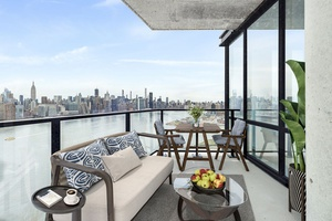 !! Sunny 3 Bedroom 2 Bath Beauty Overlooking Manhattan Skyline !!